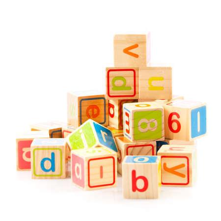 juguetes de madera: juguete de madera cubos con letras. Bloques de madera del alfabeto.