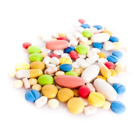 kleurrijke pillen op wit wordt geïsoleerd