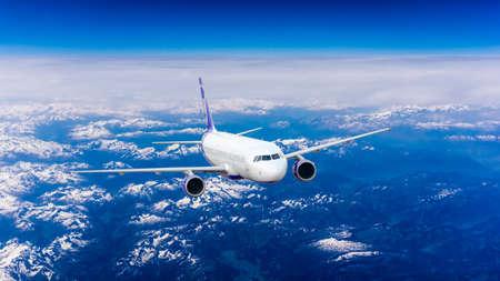 Vliegtuig over de bergen Stockfoto