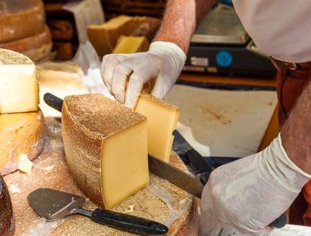 queso: Cortar pedazo de queso Hombre