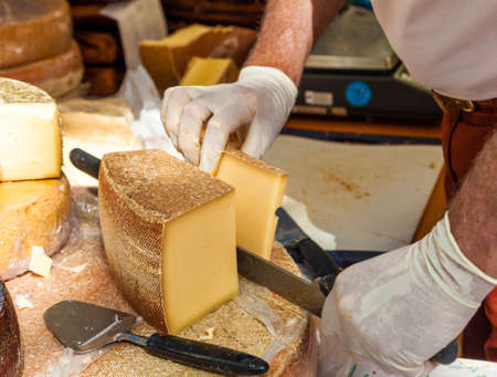 Man snijden stukje kaas Stockfoto