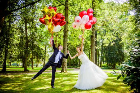 matrimonio feliz: La novia y el novio con globos