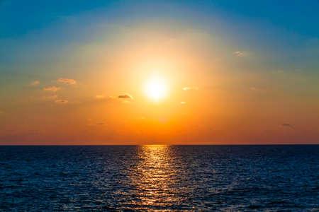 Puesta del sol del mar. Hermosa puesta de sol