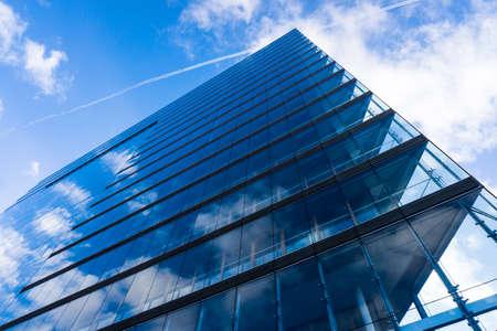 blaue Glaswand des Wolkenkratzers. Gebäude abstrakt Standard-Bild