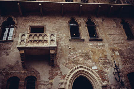 romeo juliet: The famous balcony of Romeo and Juliet in Verona, Italy. Juliets balcony
