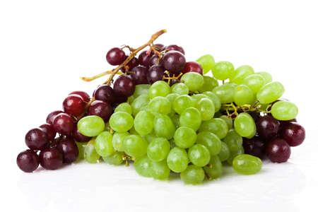 Zwarte en witte druiven geïsoleerd op een witte achtergrond