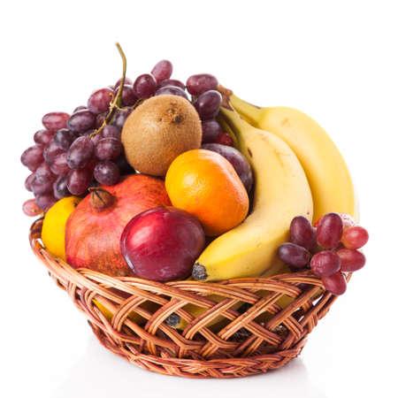 canasta de frutas: frutas en la cesta aislada en el fondo blanco