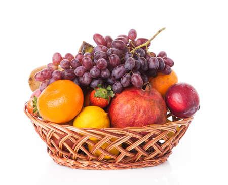 Früchte im Korb isoliert auf weißem Hintergrund