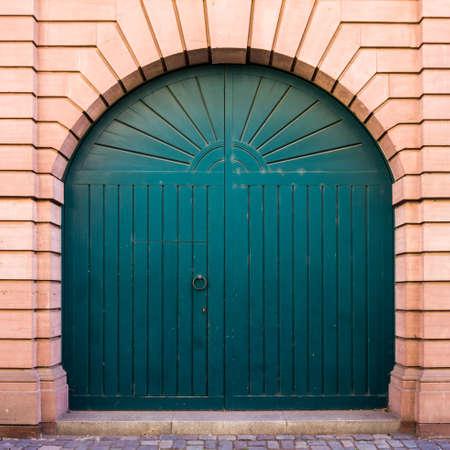 cerrar puerta: Puerta de madera vieja