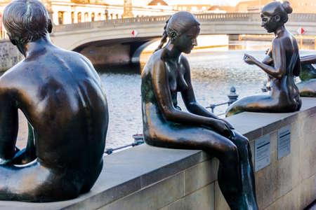 bathers: Famose Bagnanti scultura sulla Spree a Berlino