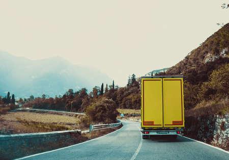 camion sur la route. Jaune voiture de cargaison