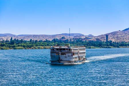 Toeristische kruiser aan de rivier de Nijl. EGYPTE