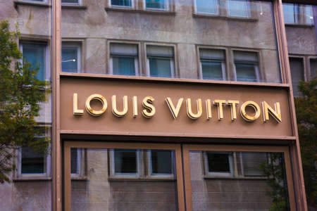 louis vuitton: FRANKFURT, GERMANY - OCTOBER 24: Louis Vuitton store on October 24, 2015 in Frankfurt, Germany. Forbes says that Louis Vouitton was the most powerful luxury brand in the world in 2008 with $19.4bn USD value Editoriali