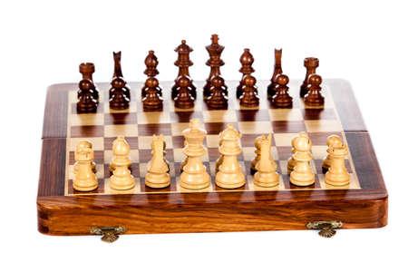 tablero de ajedrez: tablero de ajedrez de madera. Batalla de ajedrez. Ajedrez
