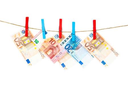 billets euros: Euro note sur la corde à linge. euros de blanchiment d'argent Banque d'images