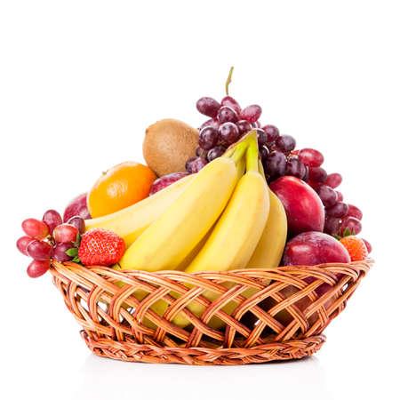 canasta de frutas: Las frutas en la cesta. frutas clasificadas en cesta de mimbre