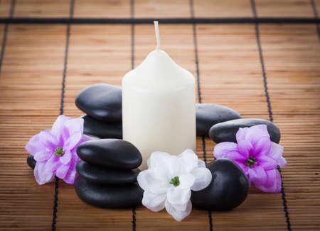 medicina natural: Concepto del balneario: Zen piedras, velas y flores