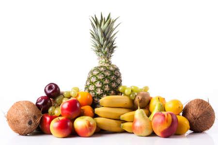 Fruits frais. Assortiment de fruits exotiques isolé sur blanc