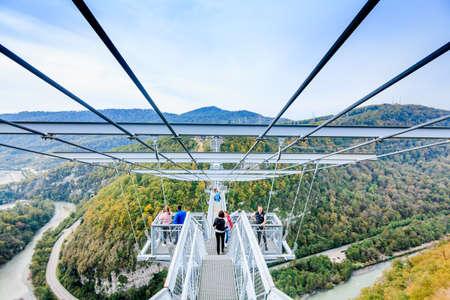 Sochi, Russland - OKTOBER 23, 2016: SKYPARK AJ Hackett Sochi befindet sich im Nationalpark Sotschi. Die längste Hängebrücke der Welt Editorial