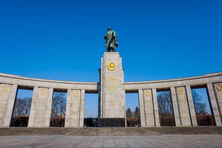 BERLÍN, ALEMANIA - 18 de marzo, 2015: Detalle arquitectónico del monumento de la guerra soviética en Treptower Park en el centro de Berlín