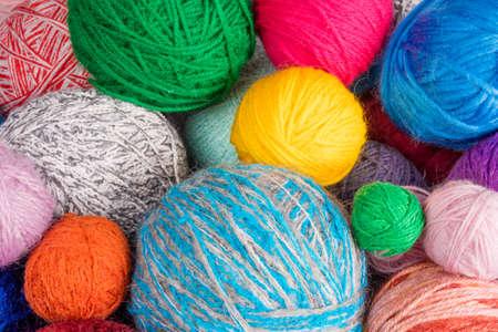 tejido de lana: lanas de la bola del hilado. hilos de colores para la costura. tela de colores textura de fondo