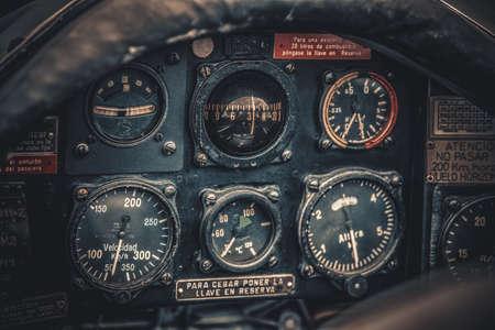 ビンテージ航空機コックピットのディテール。レトロな航空機、航空機器