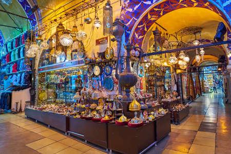 ISTANBUL, TURKIJE -JULI 10 2017: Grand Bazaar, beschouwd als het oudste winkelcentrum in de geschiedenis
