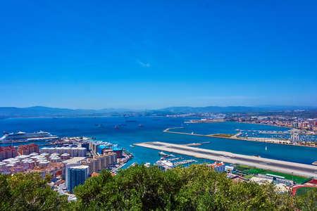 Vista aérea de Gibraltar. Gibraltar capital de Gibraltar Reino Unido Foto de archivo - 84617731