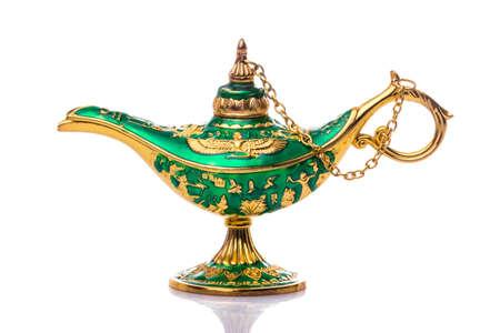 Vintage Lampe von Aladdin. Öllampe im alten Stil. Alte Lampe. Genie Lampe auch Aladdin Lampe mit pharaonischen Symbolen genannt Standard-Bild - 85322248