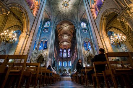 Paryż, Francja - 15 lutego 2018: Wnętrze katedry Notre Dame de Paris. Francja