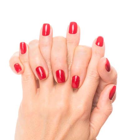 Hände einer jungen Frau mit roter Maniküre auf den Nägeln