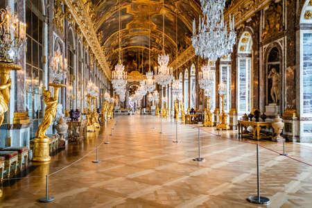 Versailles, Frankrijk - 14 februari 2018: De spiegelzaal in de centrale vleugel van het paleis van Versailles, de residentie van de zonnekoning Lodewijk XIV