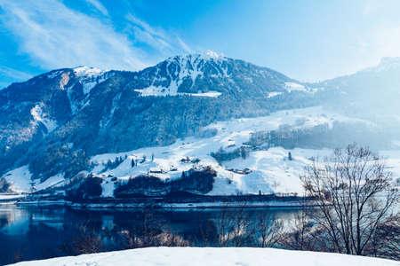 아름다운 겨울 호수와 눈 덮인 산. 겨울 풍경 스톡 콘텐츠