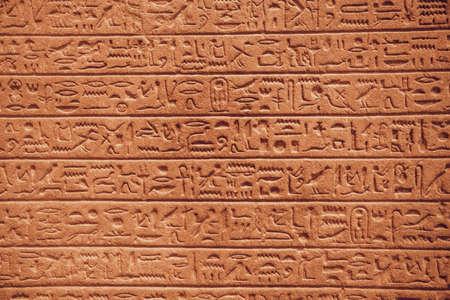 gros plan des hiéroglyphes égyptiens sur le mur