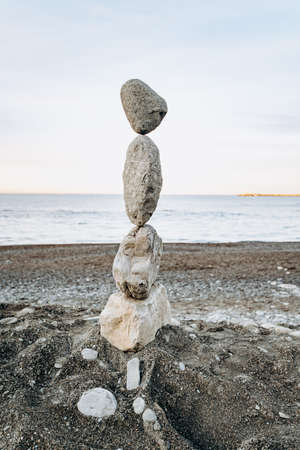 Figures of stones on the beach. Beautiful figures of stones on the background of the sea. Standard-Bild