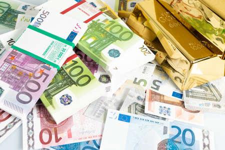 Lingots d'or et billets en euros. Lingots d'or et argent Banque d'images