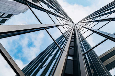 Blauwe wolkenkrabber gevel. kantoorgebouwen. moderne glazen silhouetten