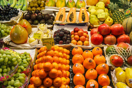 Mercado de fruta. Muchas frutas frescas diferentes.