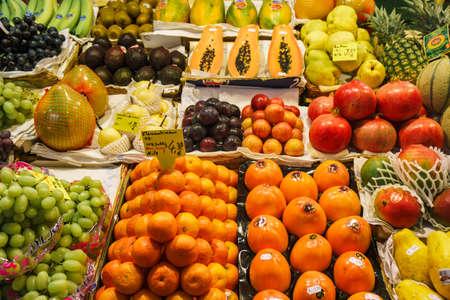 Obstmarkt. Viele verschiedene frische Früchte.