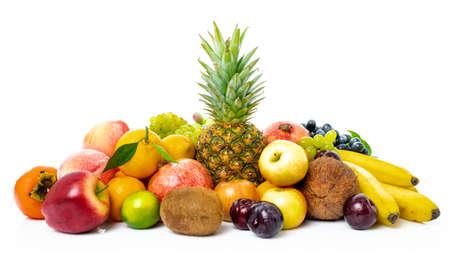 Mix di frutta fresca biologica isolata su sfondo bianco