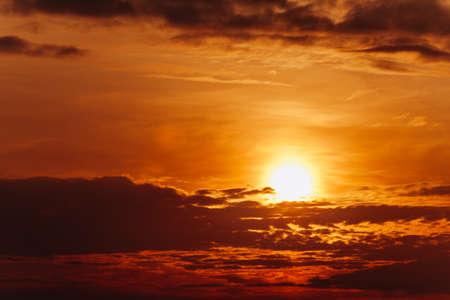 Gran sol al atardecer. Composición de la naturaleza. Puesta de sol naranja.