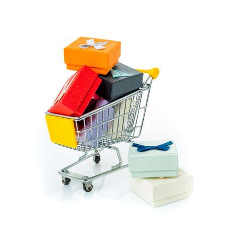 winkelwagentje met geschenken op wit wordt geïsoleerd Stockfoto