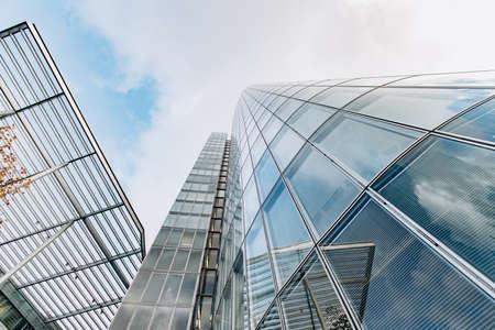 Reflexion des Himmels auf einem Wolkenkratzer. Blick auf Wolkenkratzer von unten