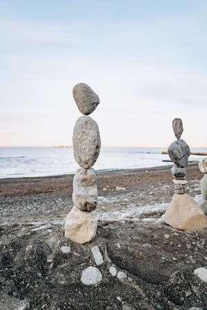 Figures of stones on the beach. Beautiful figures of stones on the background of the sea. 免版税图像