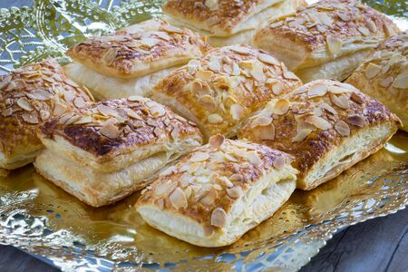 puff: Puff pastry with sliced almonds