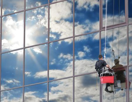 cleaning window: Se lavare regolarmente le finestre, che riflettono il cielo blu