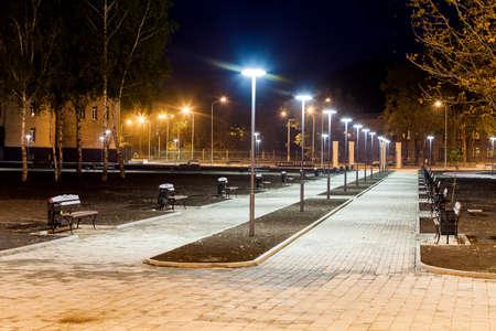 infraestructura del parque público, iluminación nocturna, callejón
