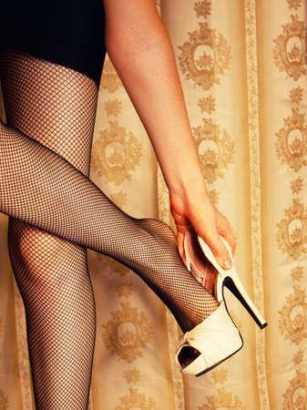 tacones: chica se quita los zapatos