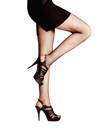 piernas con tacones: Piernas con medias y zapatos aislados en blanco