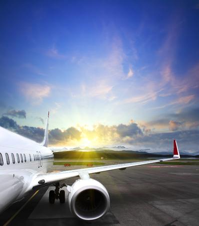 空港から離陸する航空機。航空機体のフラグメント。ビジネス旅行コンセプト ビンテージ スタイル画像